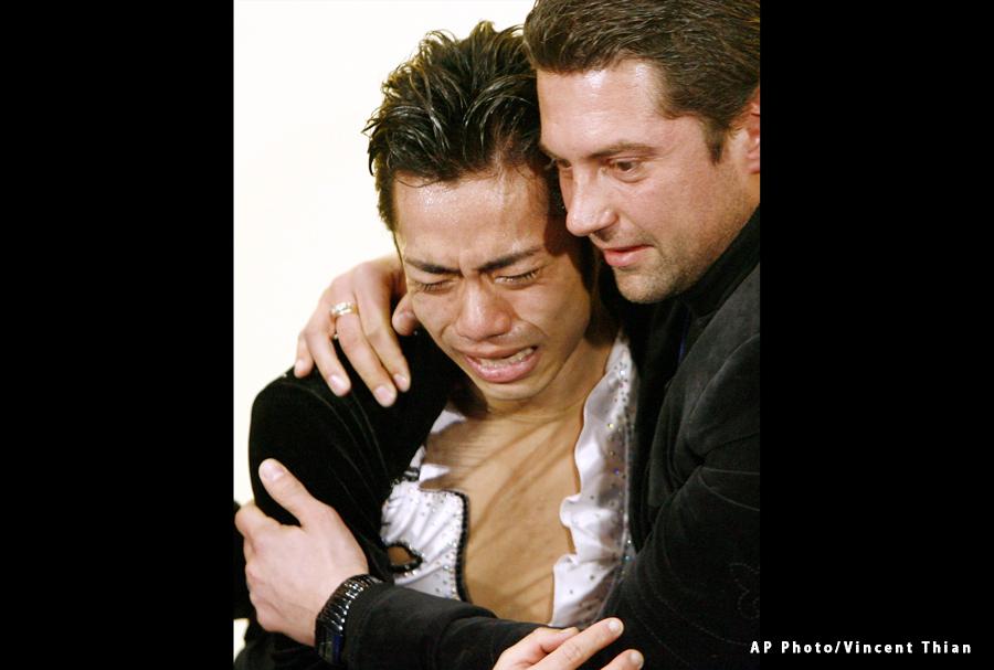 モロゾフコーチと抱き合い涙する高橋