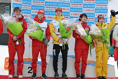 凱旋帰国した五輪代表。左から葛西紀明、伊東大貴、小林潤志郎、小林陵侑、岩渕香里、伊藤有希、勢藤優花