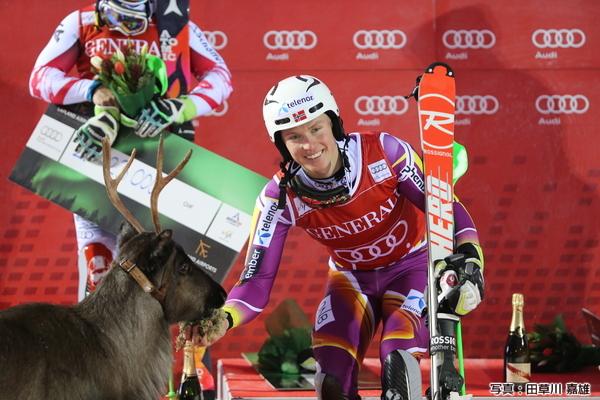 前回大会の勝者はヘンリック・クリストファーセン。ヒルシャーの例に倣って彼も副賞のとなかいに父親の名前ラースと名付け