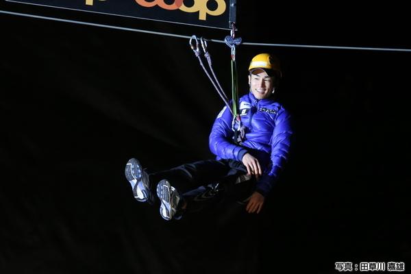 アデルボーデンの公開ドローは、上空の闇の中から選手が登場する。