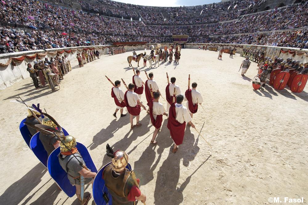 ニームの円形闘技場で行われる古代劇