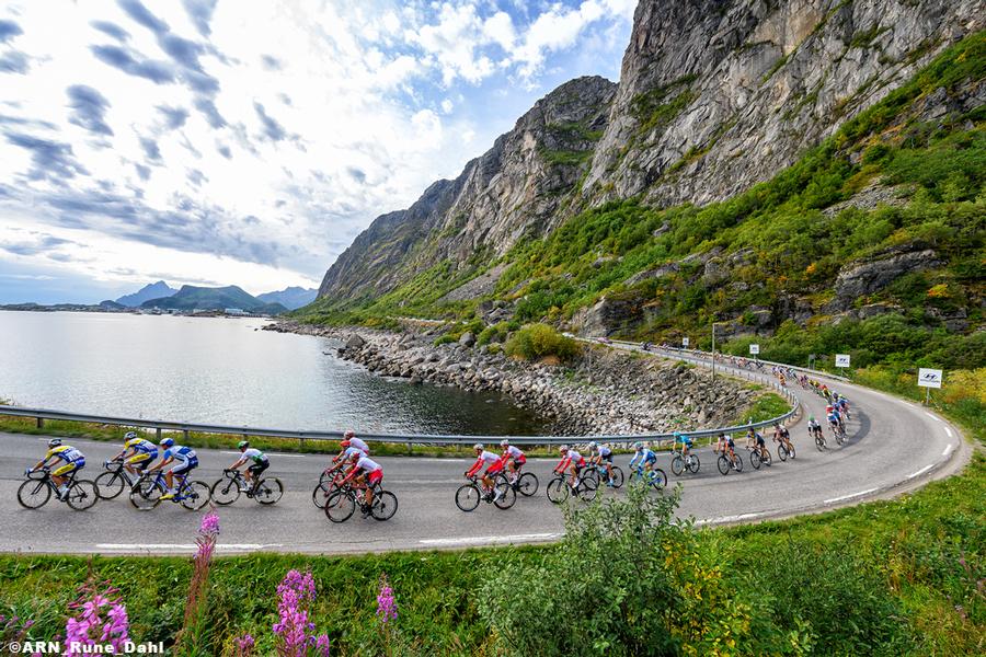 ノルウェーの大自然の中を走り抜ける