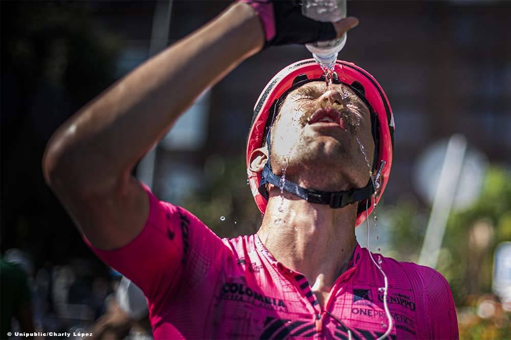 レース後に頭から水をかぶるマグナス・コルト