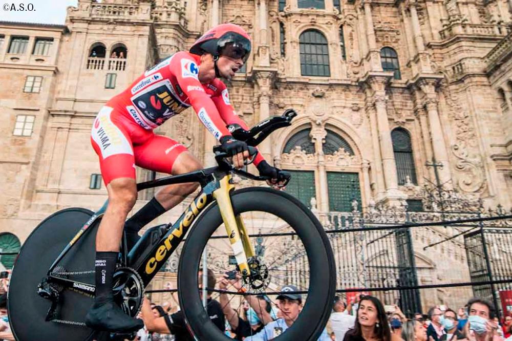 マイヨ・ロホののスキンスーツとゴールドのTTバイクでサンティアゴ・デ・コンポステーラを駆け抜けるプリモシュ・ログリッチ