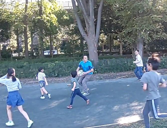 ラグビーボールとともに「公園デビュー」